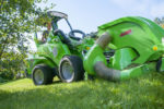 avant_collectinglawnmower1200_1